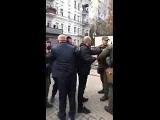 Турки из посольства в Киеве избили митингующих лохлов