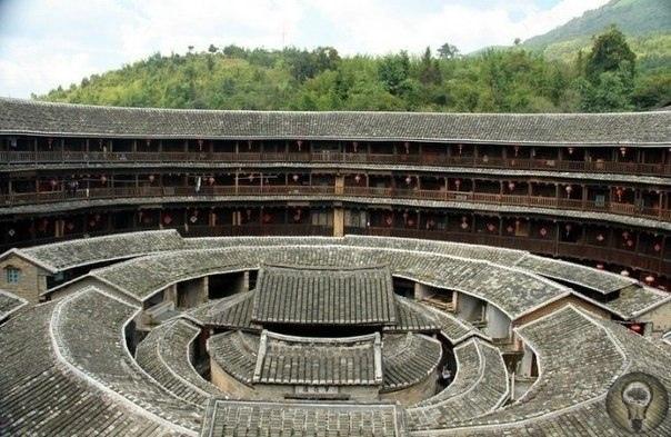 Старинный замок тулоу в провинции Фуцзянь Эти уникальные сооружения, под названием тулоу, стали появляться во времена династии Тан, в Х-м столетии, когда представители народности хакка были