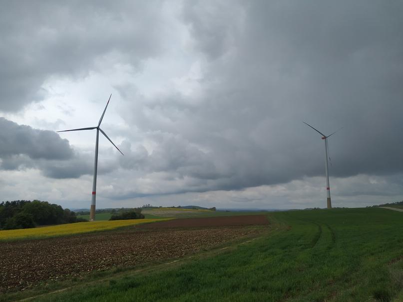 Ветряные мельницы в поле