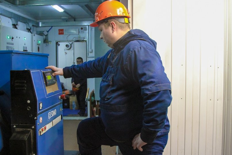 На снимке: машинист ДВС цеха электроснабжения Дмитрий Конашев.