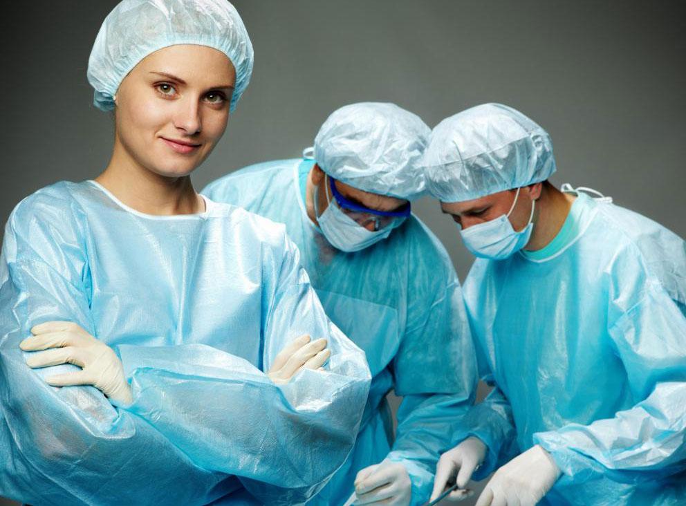 В некоторых больницах сотрудники должны носить скрабы определенных цветов.