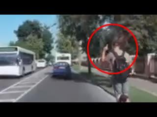 Посмотрите, что вытворяет данный водитель самоката. И это у нас в Бресте