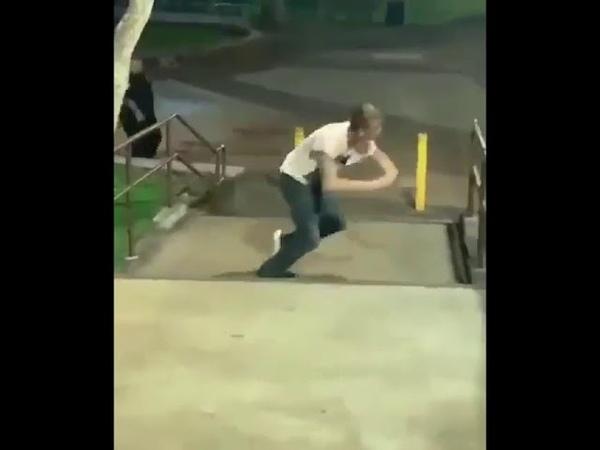 Накуренный парень убегает от полиции. Давай, мы верим в тебя)