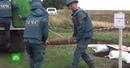 Украинские и донецкие саперы ищут мины у разрушенного моста через Северский Донец