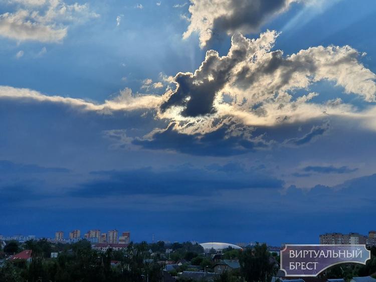 Облака - белогривые лошадки - вечеру обернулись ураганным ветром, грозой и ливнем