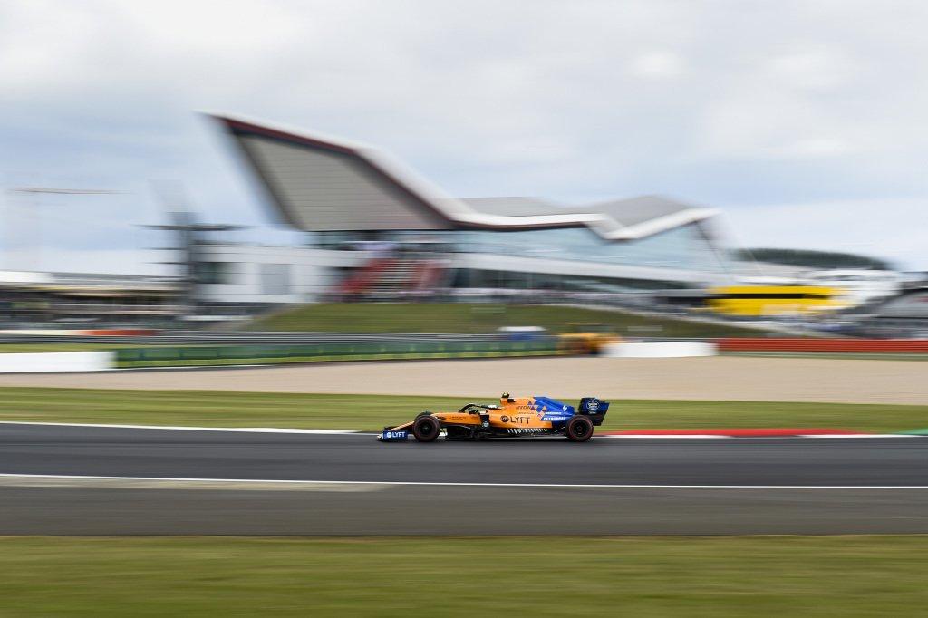 Болид McLaren на автодроме Сильверстоун в 2019 году