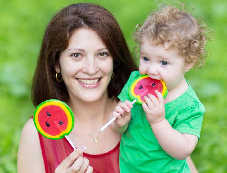 Чрезмерное потребление сладкой пищи может привести к разрушению молочных зубов ребенка.
