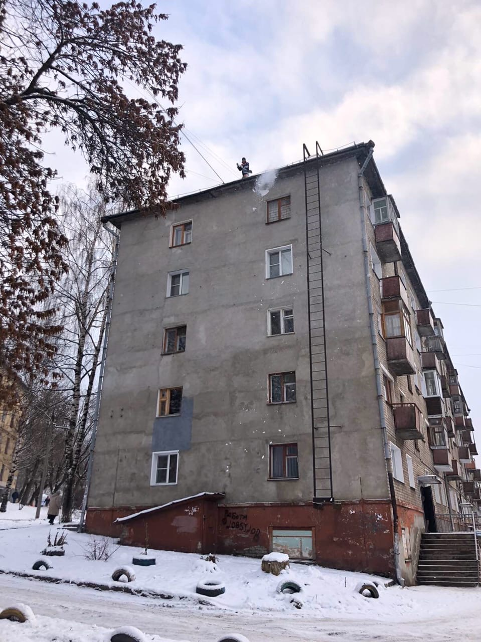 Улица Большева дом 17(Чистка наледи по периметру)