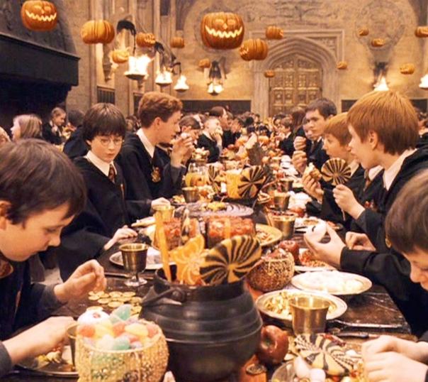 ...Сотни тыкв светились зажжёнными внутри свечами, под затянутым тучами потолком парила стая летучих мышей, змеились молниями ярко-оранжевые транспаранты. Столы ломились от яств, да таких, что