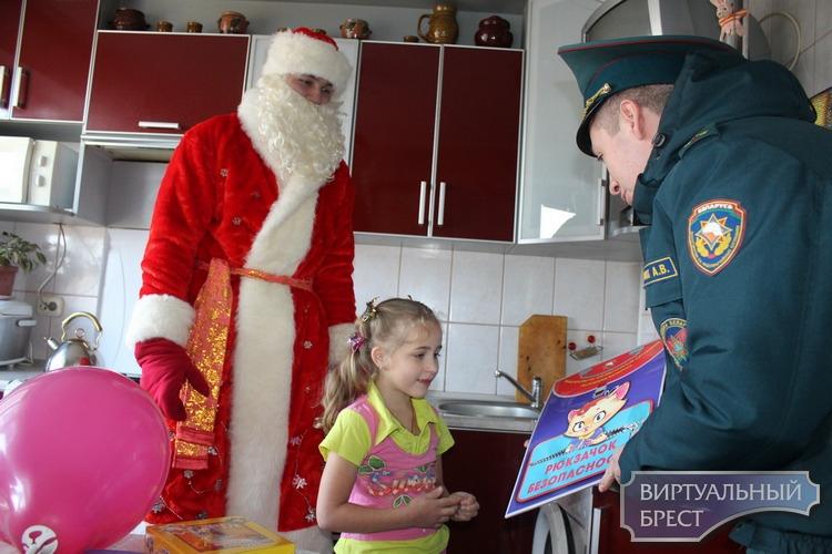 Пожарный Дед Мороз поздравил детей из «непростых» семей