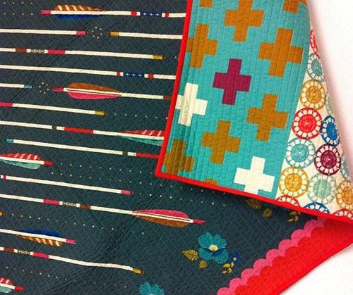 Стеганые одеяла могут быть уникальным предметом декора при размещении на кровати.