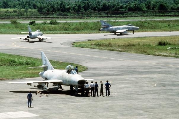 Истребители-бомбардировщики французского производства Dassault Super Mystère военно-воздушных сил Гондураса; ~ 1988-1989-й гг Истребители-бомбардировщики Super Mystère были приобретены