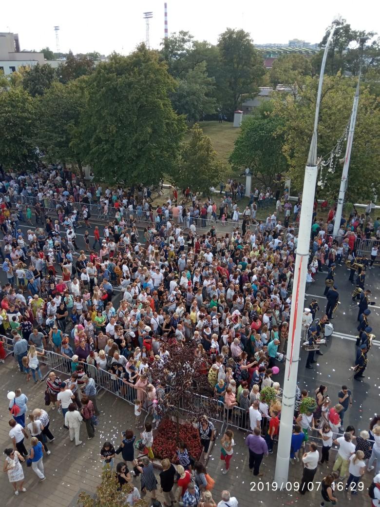 Тысячи людей собрались понаблюдать за международным карнавалом в Бресте