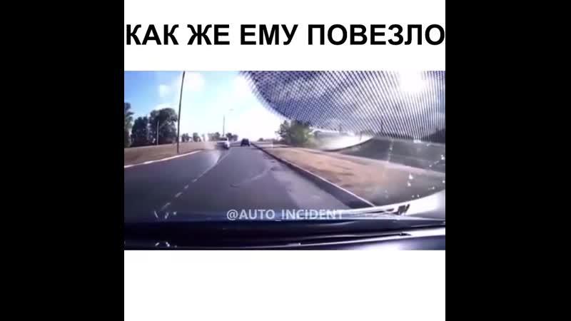 Водитель удачно ушел от столкновения с машиной невнимательной девушки😎