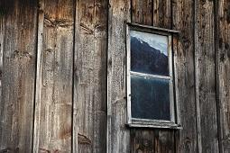 Сирот поселили в здании без вентиляции и с гниющей мебелью