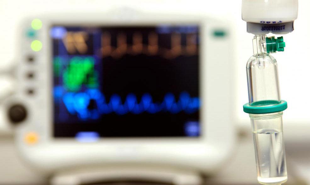 Медсестры могут внимательно следить за внутривенным капельницей, чтобы обеспечить правильную дозировку и прием лекарств.