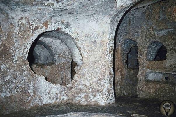 Хал-Сафлиени: загадка древних катакомб Много загадок и тайн хранит в себе гипогей (подземный храм) Хал-Сафлиени, расположенный в городе Паола на Мальте. По мнению ученых, он был вырублен в толще