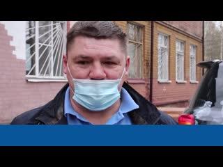 Хоккеист Андрей Коваленко и волонтеры подарили школьникам планшеты