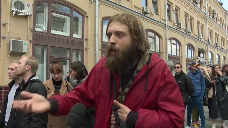 Не надо будить русского медведя Звезда Интернов на пикете у здания администрации президента