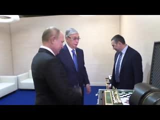 Токаев и Путин обменялись памятными подарками.mp4