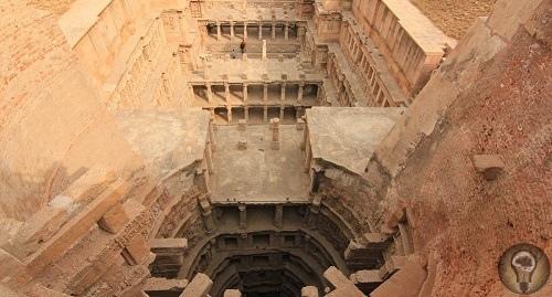 Рани-ки-Вав Рани-ки-Вав это очень сложное сооружение, многоступенчатый колодец, который находится в городе Патан в Индии. Его длина - 64 м, ширина 20 м, а глубина 24 м. Считается, что он был