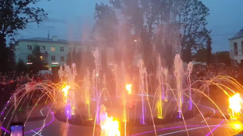 Свето музыкальное представление у фонтана в сквере на Торговой площади