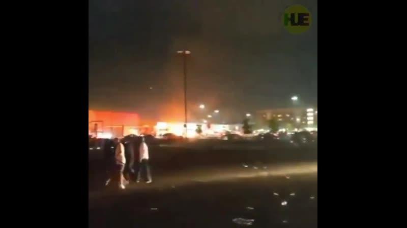 В Миннеаполисе обстановка накаляется Протестующие грабят и сжигают магазины