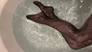 Bupshi - taking a bath in Wolford tights