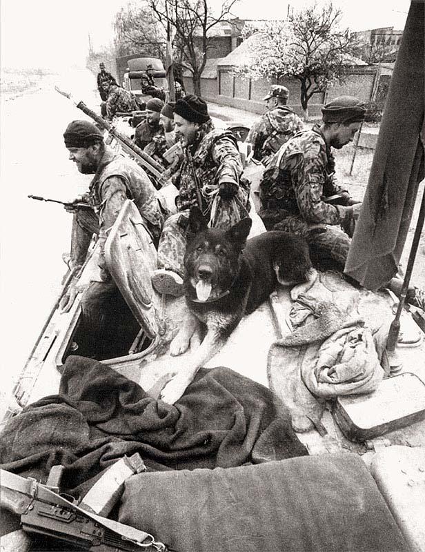 Перед выездом на боевое задание. Район 1-й комендатуры Ленинского района г. Грозного. Весна, 1995 г.