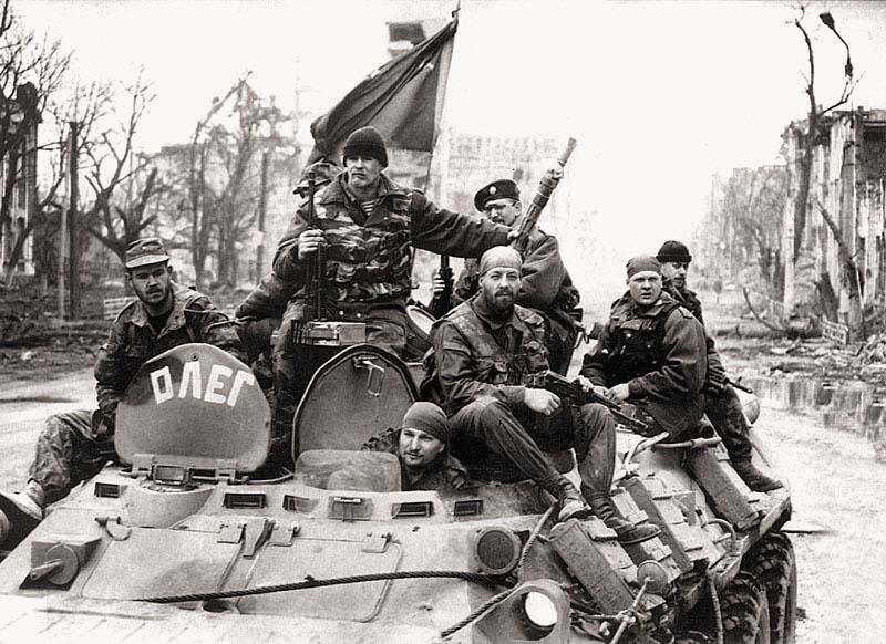 БТР «Олег» на центральной улице г. Грозного – проспекте Победы. Начало апреля 1995 г. «Олег» принадлежал тюменскому отряду СОБР, группа № 1