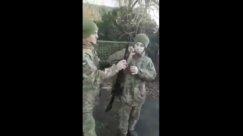 Солдата ВСУ попросили одеть автомат на плечо.The soldier was asked to put a machine g