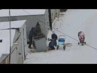 Власти Якутска помогут матери, которая вместе с детьми искала еду в мусорных баках