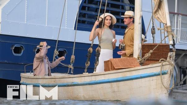 Галь Гадот, Арми Хаммер и Эмма Макки на новых кадрах «Смерти на Ниле» Кеннета Браны В кино с 22 октября.