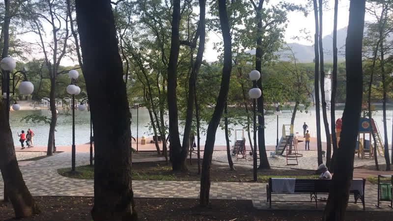 Прогулочная санаторно парковая зона в Железноводске Озеро минеральное есть пирсы спуски бесплатные лежаки