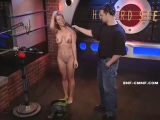 CMNF, OON, голая на ТВ – девушка раздевается догола в телешоу ради того, чтобы встреться с любимой знаменитостью