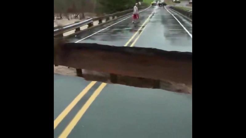 Обрушение части моста попало в прямой эфире во время репортажа из округа Александр США Северная Каролина 12 ноября 2020