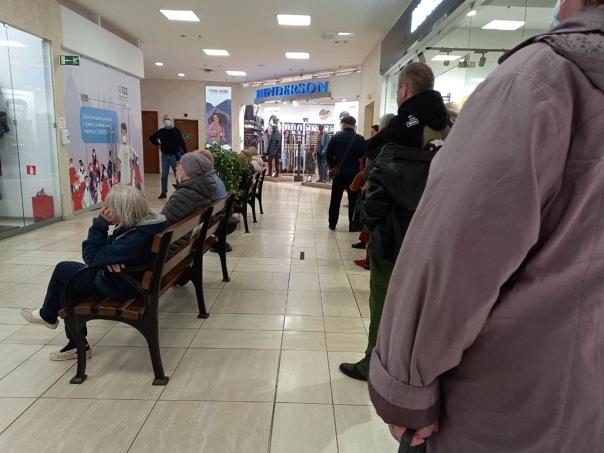 После объявлении о введении QR -кодов в торговых центрах организовались очереди на вакцинацию.