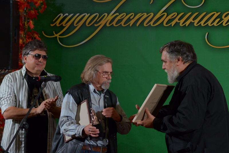 Дмитрий Шагин вручает Андрею Усову свою картину на память