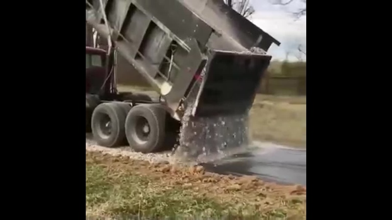Засыпка дороги водителем-профессионалом