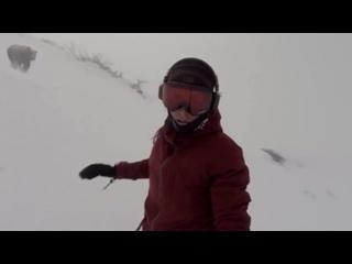 -Сноубордистка случайно сняла гнавшегося за ней медведя-