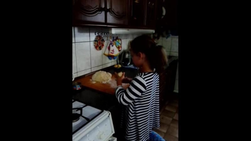 Лера помогает бабушке лепить пельмени
