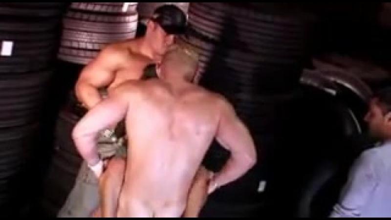 Банда культуристов насилует миниатюрную порномодель Little Lupe