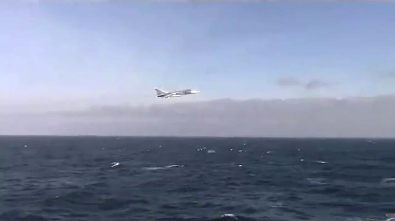 """© U.S. Naval Forces Europe-Africa/U.S. 6th Fleet /Полет Су-24 рядом с эсминцем ВМС США """"Дональд Кук"""". Кадр видео"""