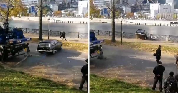 Киношники случайно утопили «Волгу» в Москве-реке Машина б...
