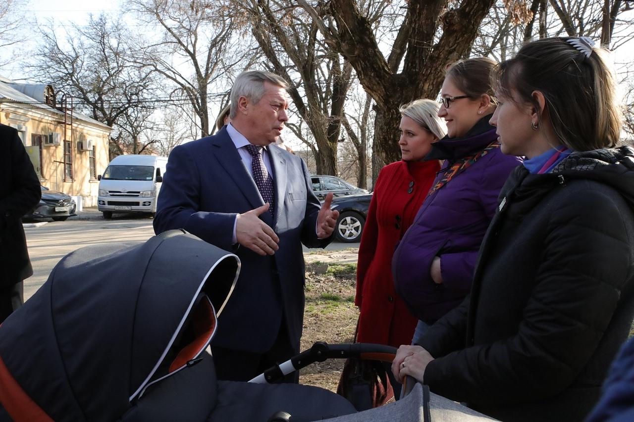 Василий Голубев внес в Заксобрание проект областного закона об изменении правил выплат на детей от 3 до 7 лет
