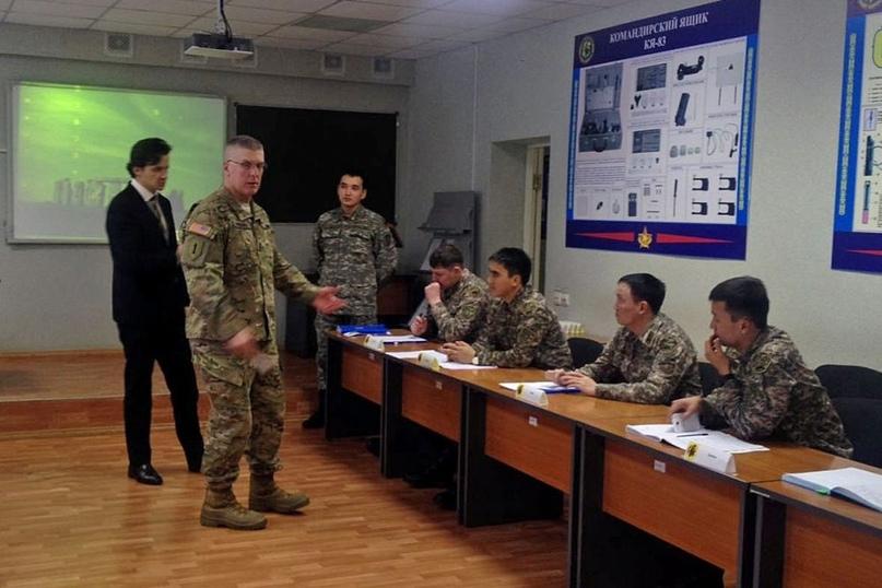 Американские инструкторы готовят казахских сержантов