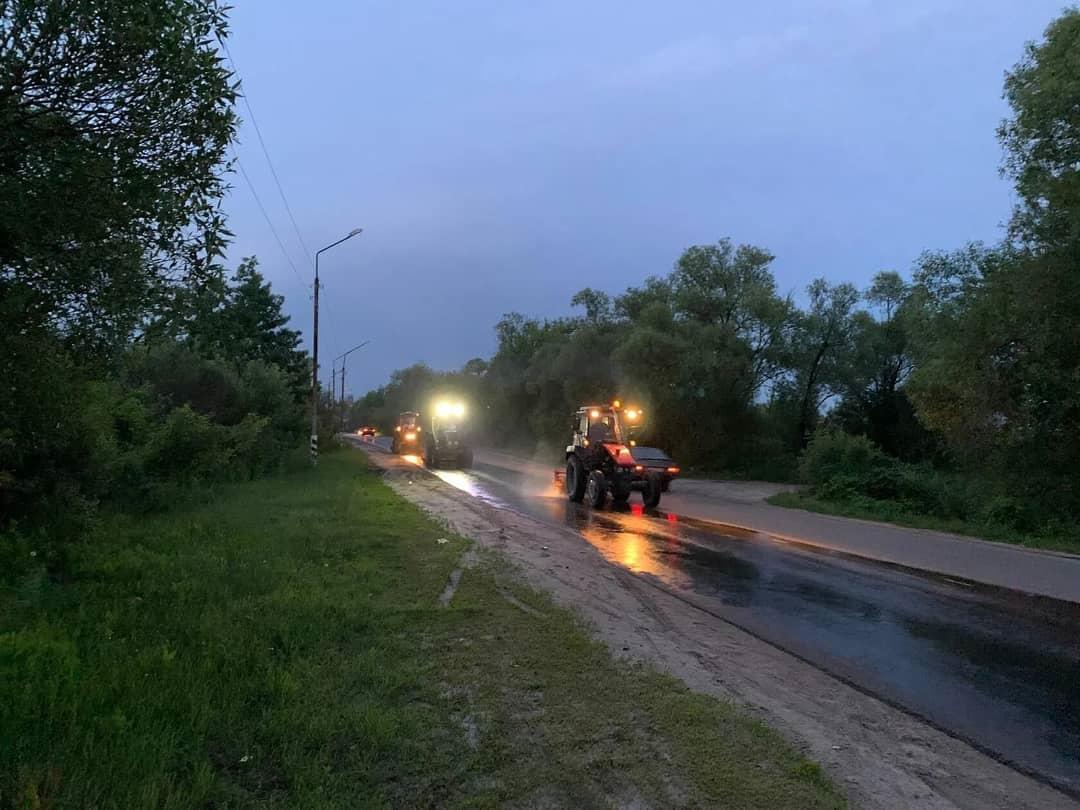 Вчера вечером городская коммунальная служба готовила проезжую часть нескольких улиц Петровска к нанесению дорожной разметки