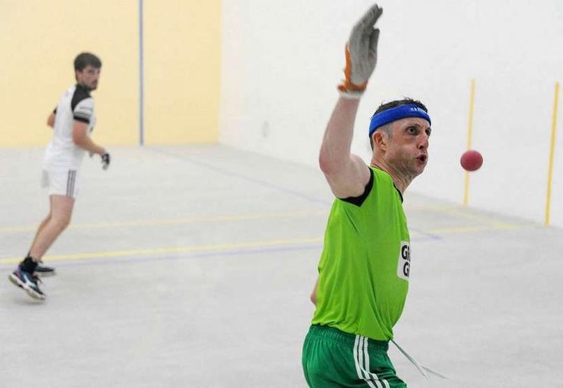 """В ряде стран (Ирландия, США) """"гандболом"""" называют совсем другую игру. В ней руками бьют мяч о стену!, изображение №1"""