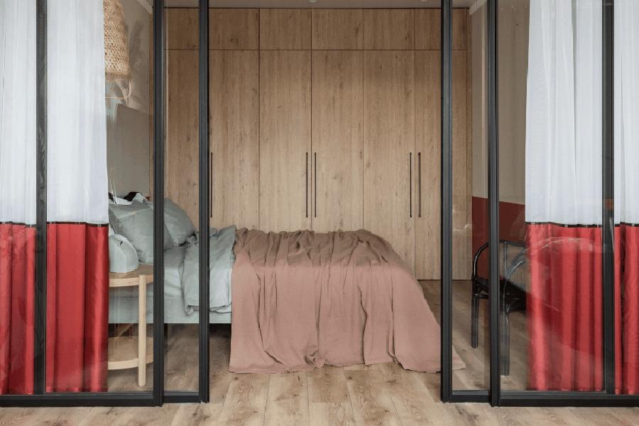 отделение спальни стеклянной перегородкой
