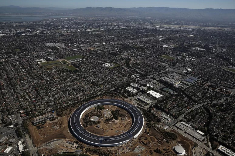 Штаб-квартира Apple, спроектированная Норманом Фостером в Купертино, Калифорния. Джастин Салливан / Getty Images